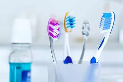 Zahnbürsten und Mundwasser